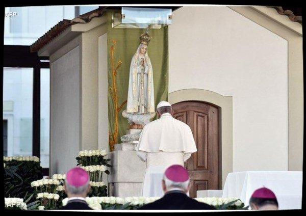 François prie dans la Chapelle des apparitions