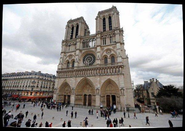France: un policier agressé sur le parvis de Notre Dame de Paris