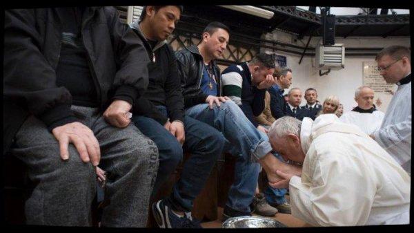 """Le Pape célèbre la messe """"In C½na Domini"""" dans une prison de Rome"""