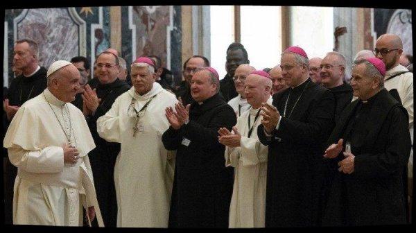 Le Pape loue l'esprit d'accueil et de prière des bénédictins