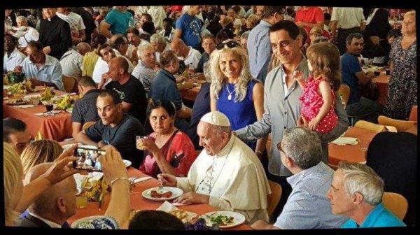 Le Pape à la table du cardinal Krajewski avec des démunis et des réfugiés