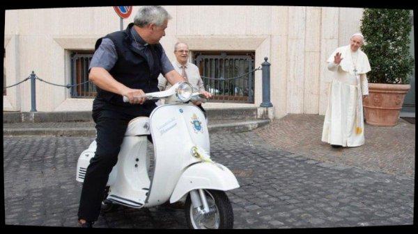 Une Vespa offerte au Pape, au profit des ½uvres de charité