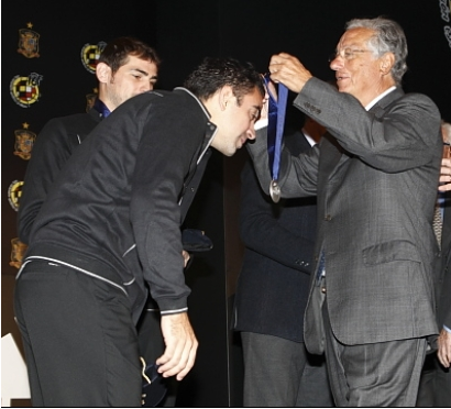 ROJA: Xavi Reçoit la medaille d'or de la RFEF + honorés par l'UEFA pour sa 100ème selections