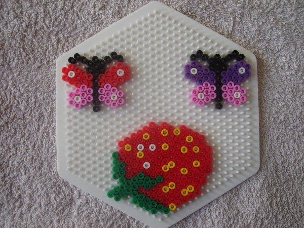 fraise et papillons en perles Hama