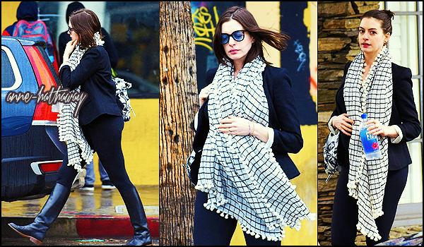. ► Le 22/12/15 Anne a été vu seule faire des emplettes dans Los Angeles . .