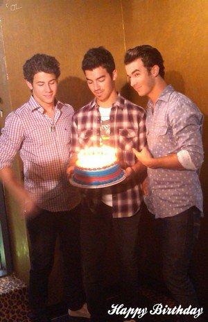 hey 0ouii the tiime as come notre Joe fête ses 21 ans Happy Birthday JJ chéri !!!
