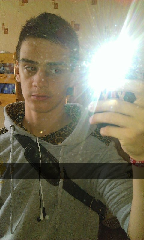 Maxime, célibataire, 17 ans, brun, yeux vert