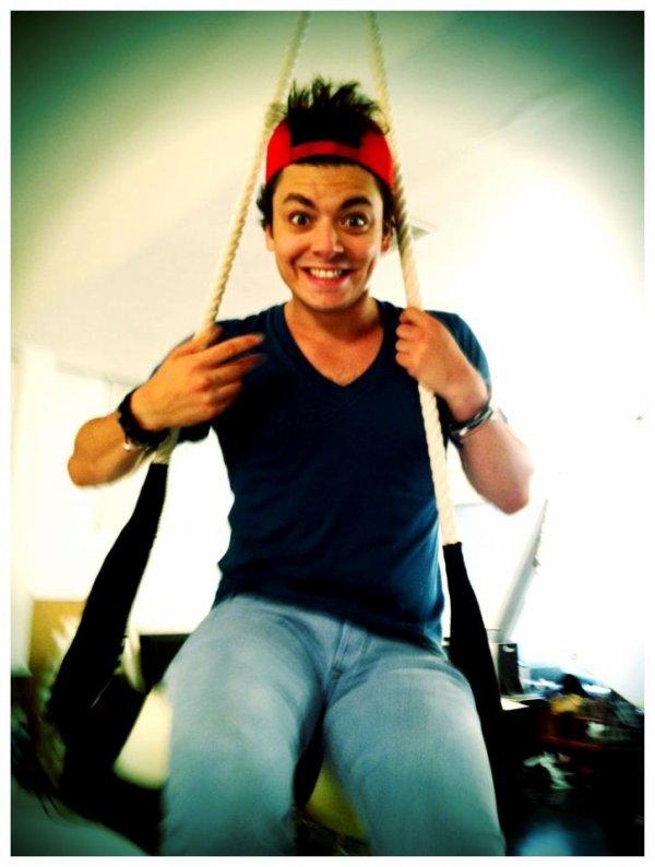 Kev sur une balançoire... oui une balançoire :)