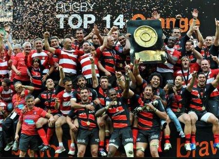 """. """" Le rugby est le seul sport où l'on se rencontre, alors qu'ailleurs on se croise. """" Un coeur en rouge et noir ♥."""