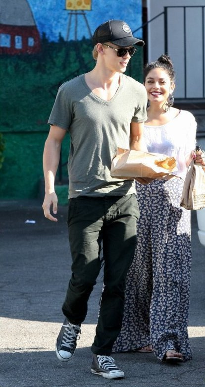Look de Vanessa Hudgens : En session shopping avec Austin Butler