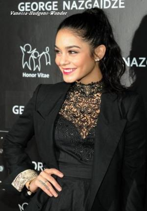 Vanessa Hudgens à la Charity Meets Fashion Holiday Celebration en total look noir