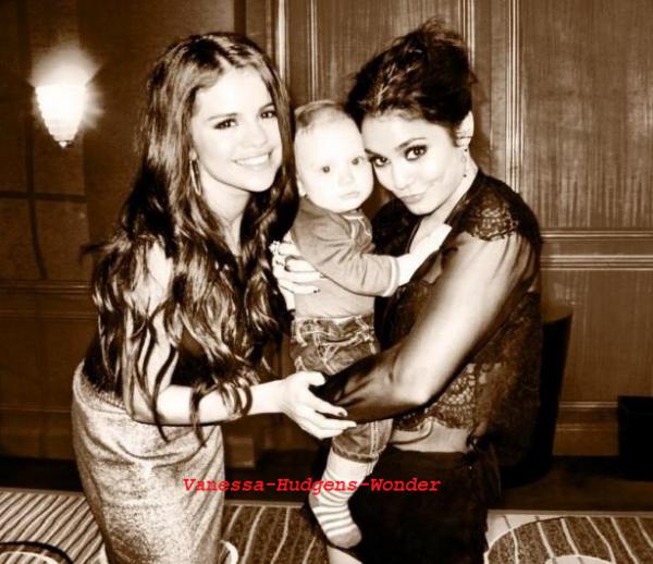 Selena Gomez : Spring Breakers, Vanessa Hudgens, elles se prennent en photo avant le travail ! (le 8/01/2013)