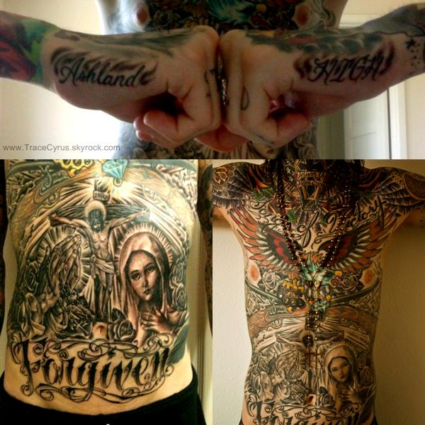 . Trace à encore un nouveau tatouage il s'agit du nom de son nouveau groupe Ashland High sur le côté des mains. Vous pouvez voir aussi ces tatouages sur le ventre de plus prés. .