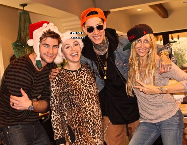 . 25/12/2O12 Trace a fêter noël en famille et a posté une photo de lui avec Miley et Noah.