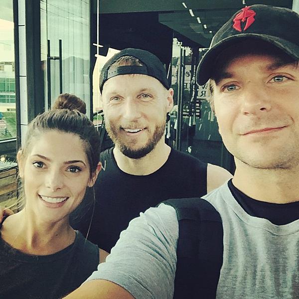 .  01.10.2015 |  Souvenez vous, Ashley était allée faire du sport le 23.09 dernier.  + C'est seulement maintenant qu'elle daigne nous montrer une photo avec Bradley Cooper. C'est un joli trio.  .
