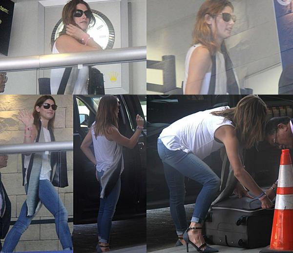 .  15.09.2015    Ashley a été vu à l'aéroport LAX direction NYC, toujours souriante.  + Sa tenue a l'air vraiment sympa. Rien d'extravagant non plus pour aujourd'hui.  .