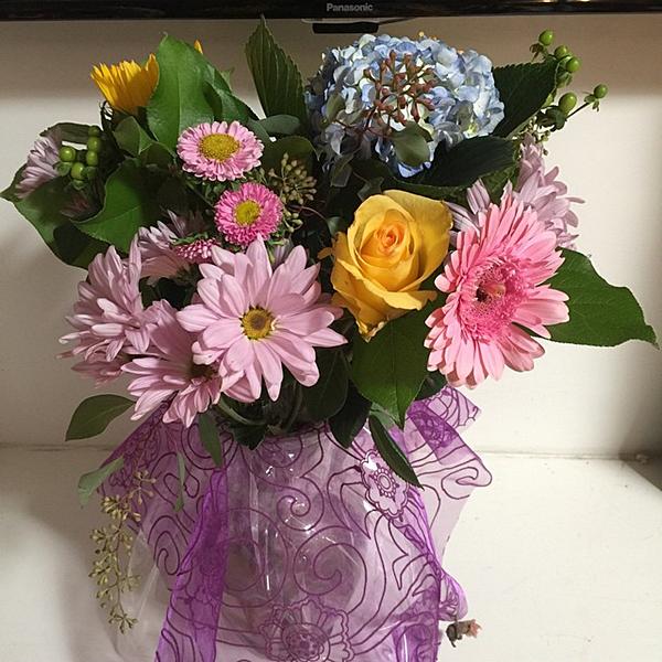 .  21.10.2015 |  Ashley a partagé avec nous le cliché d'un bouquet de fleurs offert par Paul.  + En effet, Paul, son petit-ami est rentré à la maison avec un bouquet de fleurs à la main pour sa belle ! C'est pas trop mignon ?  .