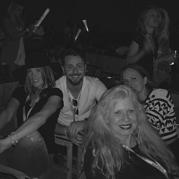 .  25.10.2015 |  Ashley a partagé une photo d'elle, Paul et ses amies lors du concert #WeCanSurvive.  Pendant ce concert à Hollywood Bowl, la belle a écouté Rihanna, Demi Lovato, Maroon 5, Nick Jonas, Sam Smith, 5SOS...  .
