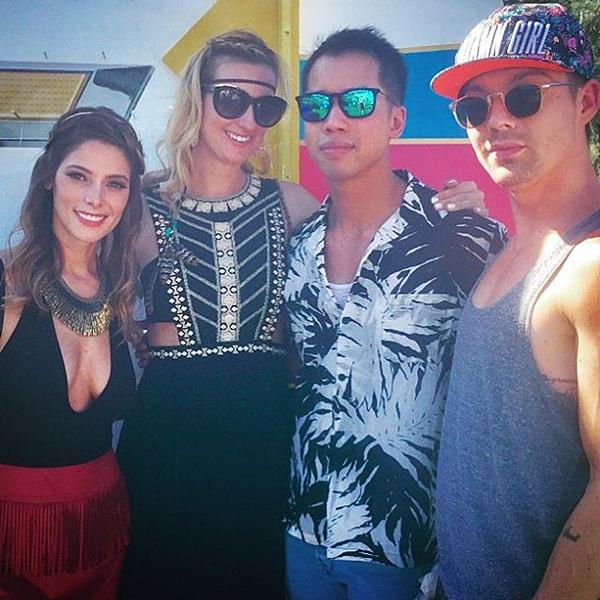 .  24.03.2017 |  Découvrez une nouvelle image d'Ashley au festival de musique Coachella en avril dernier ! C'est sur le compte Instagram de Rhiannon, une amie de la belle, que nous avons droit à cette photo datant d'avril dernier lors du festival de Coachella, à Indio. En effet, c'est l'anniversaire de leur ami Jared qui est le fondateur de Just Jared. Les deux filles sont également avec leur ami et coiffeur Joseph Chase ;)   .