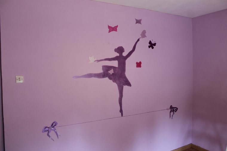 peinture sur le mur de la chambre d 39 une petite fille lilyart. Black Bedroom Furniture Sets. Home Design Ideas
