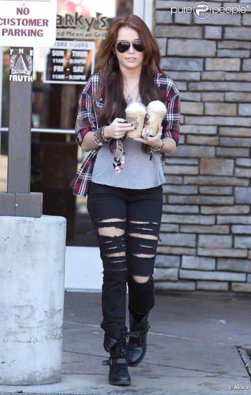 ●23/01/10 : Miley à Los Angeles sortant d'un café●