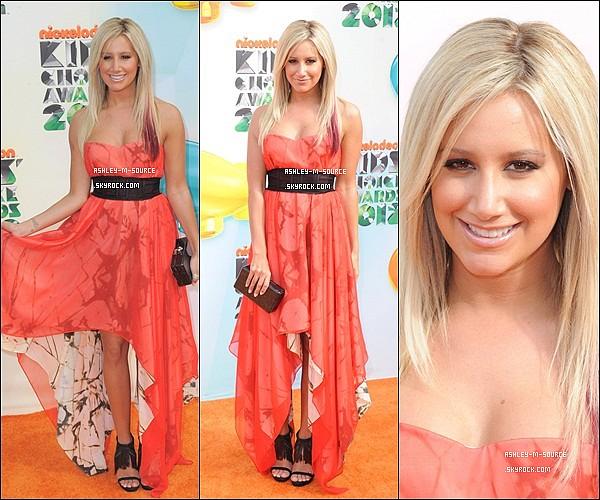 31/03/2012▬ Ashley Tisdale avec sa belle robe , était au Kids Choice Awards . Quesque vous en pensez ? J'adore sa robe , son maquillage et sa coiffure , elle est magnifique sur la photo avec Selena Gomez . Comment est Selena ? Top ?