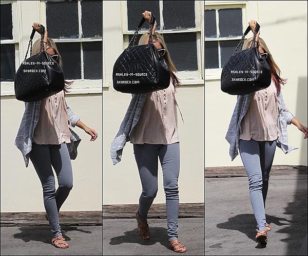 01/04/2012▬ Ashley Tisdale sans se montrer avec son sac à été repérée à Studio City . Top , Bof ou Flop? Notre belle Ashley est en effet malade , elle a attrapé un gros rhume il n'y a pas lomptemps . J'espère que sa va se rétablir :(