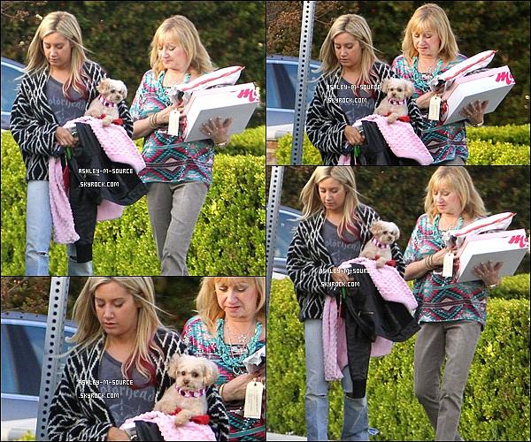 29/03/2012▬Ashley a été aperçue quittand la maison de ses parents avec son petit chien et sa mère .''