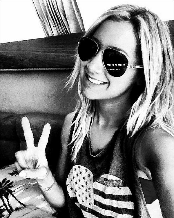 09/04/2012▬Miss Ashley , se baladait dans Studio City avec son bonet et ses lunnettes .Top bof ou Flop ?Plus tard Ashley se rendait dans un salon de beauté à Toluca Lake.Que dites vous de sa tenue quand elle se baladait dans Studio City ?