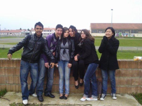 Petite photo de groupe devant (l'ancien) bahu ! Mdr :D