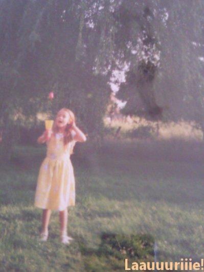 """""""Je suis resté qu'un enfant Qu'aurait grandi trop vite Dans un monde en super plastique Moi j'veux retrouver... Maman ! Qu'elle me raconte des histoires De Jane et de Tarzan De princesses et de cerfs-volants J'veux du soleil dans ma mémoire. """""""