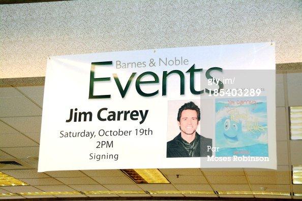 Jim Carrey signes des exemplaires de son livre
