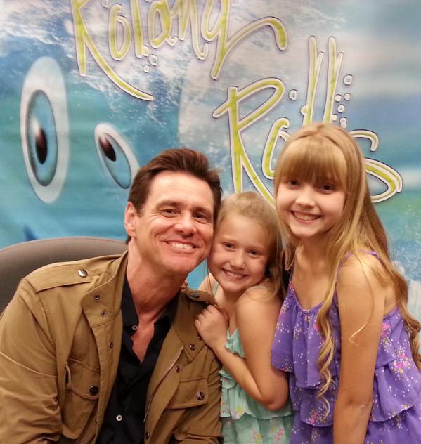 """Jim Carrey signes exemplaires de son nouveau livre pour enfants «How Roland Rolls"""""""