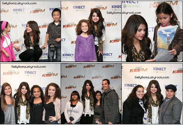 05.12.10 ~ Selena sur le tapis rouge du KIIS FM Jingle Ball de Los Angeles. Elle a pris un peu de temps pour ses fans lors d'un Meet & Greet puis elle a donné un concert avec une nouvelle tenue de scène.