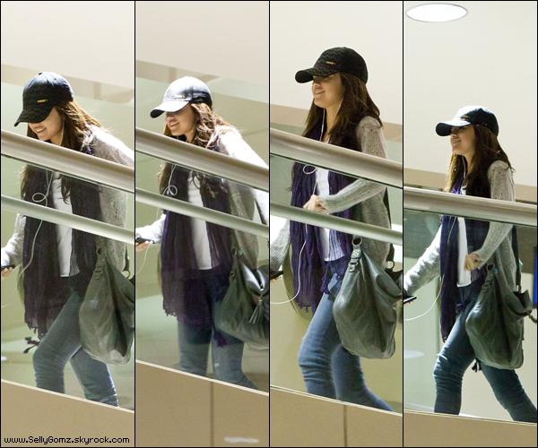 02.01.11 ~ La belle Selena à l'aéroport de Los Angeles qui visiblement est de très bonne humeur, mais en même temps on la comprend !