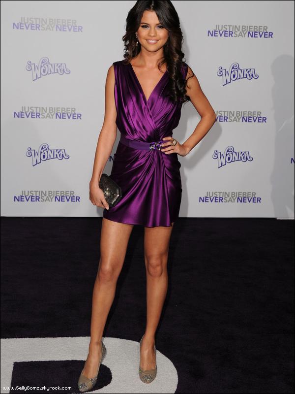 08.02.11 ~ Selena était présente à la première du film de Justin Bieber : Never Say Never à Los Angeles. MAGNIFIQUE TOP!