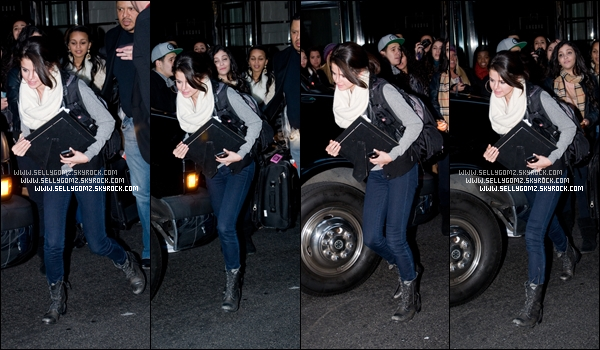 """31.12.11 ~ Selena quittant son hôtel à New York pour aller fêter le nouvel an avec """"MTV NYE"""" aux côté de Demi Lovato et d'autres stars. Lors de l'émission elle a chanté et a parlé du projet """"Postcard On The Run""""."""