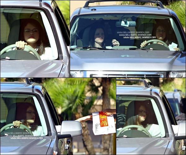 03.01.12 ~ Selena avec des lunettes est allée faire le plein d'essence dans sa voiture au téléphone et a ensuite été au Mcdo se chercher à manger avec Ashley.
