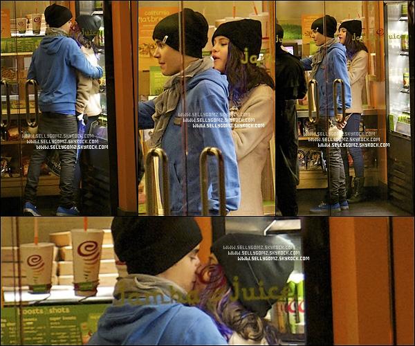 16.01.12 ~ Justin et Selena ont passés la journée à Disneyland et ont été pris en photos dans une boutique en train de s'embrasser.