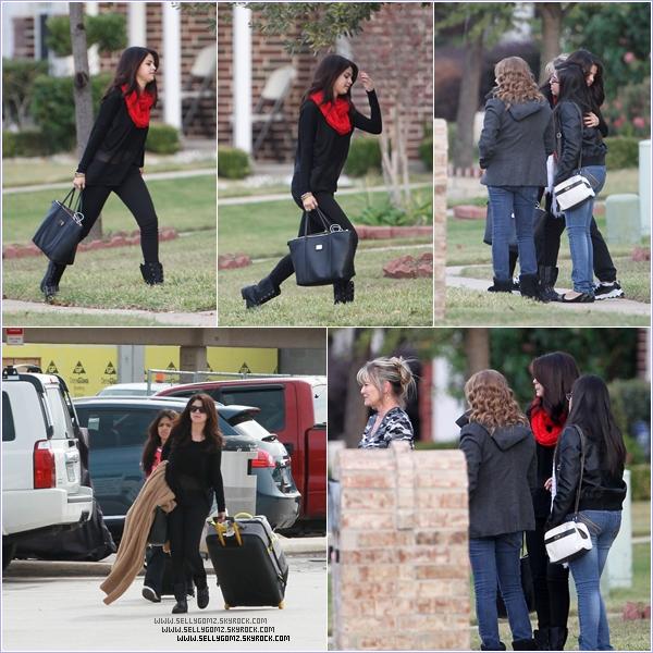 13.11.12 ~ Selena accueillie par sa famille lorsqu'elle arrive à Dallas au Texas.