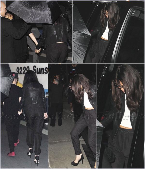 """18.11.12 ~ Selena et Justin main dans la main se dirigeant vers la boite de nuit """"Bootsy Bellows"""" à Beverly Hills."""