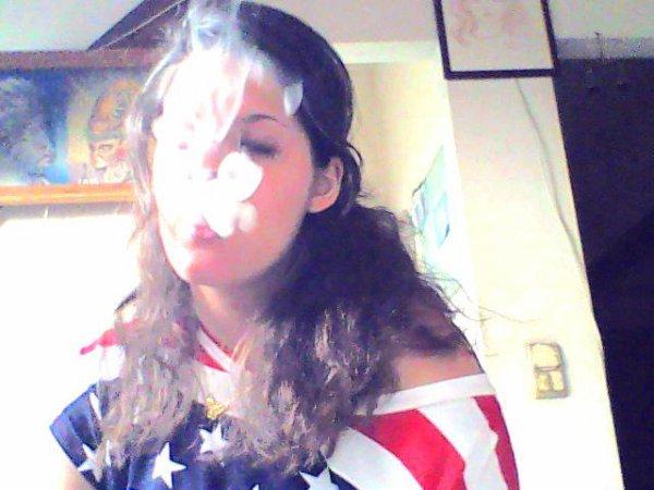 Cigarette embrasse la flamme. Mais la bouche embrasse l'Homme