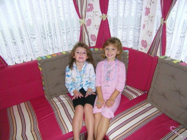 ma filles alison et sa cousine julie au mobil de leur mamy