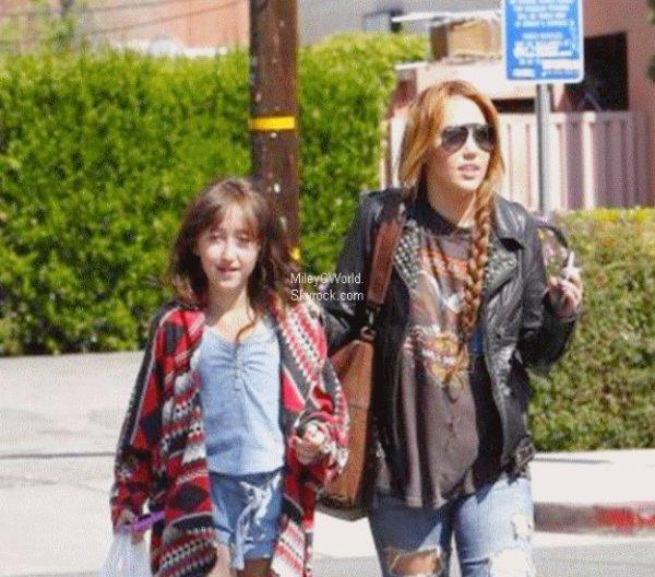 Le 11 avril 2011 Miley et sa petite soeur Noah sortaient du restaurant Sharky' s. La belle c'est même arrêtée pour prendre des photos avec deux fans.:]
