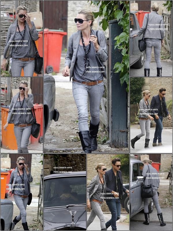 . Kate Moss sortant d'un bar près de chez elle, le 5 Septembre. .
