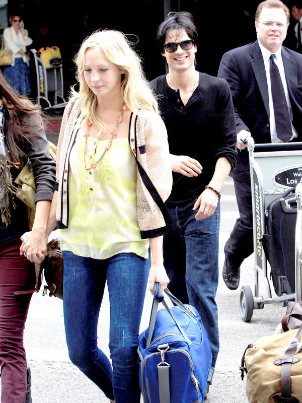 . 10 Septembre :  Ian et Nina, accompagnée de Candice Accola et de Zach Roerig, arrivant à l'aéroport de LAX. Plus tard, nous pouvons les retrouver à la CW Party..