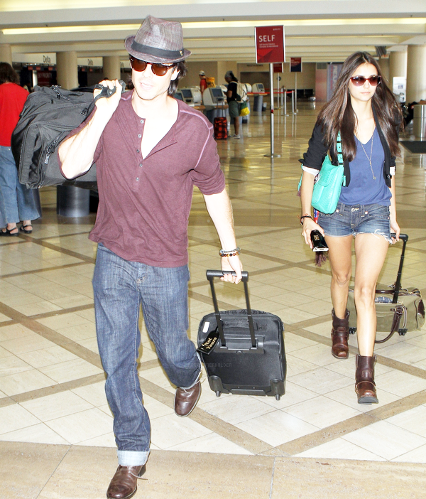 . 08 Aout : Ian en compagnie de la belle Nina Dobrev, arrivant à l'aéroport de Los Angeles. .
