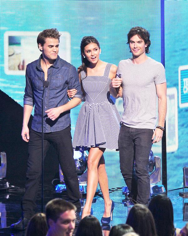 """. 07 Aout : Ian était présent aux Teen Choice Awards 2011, en compagnie de Nina Dovre, Kat Graham, Michael Trevino & Paul Wesley. Pour le plus grand plaisir des fans, Ian remporte l'award dans la catégorie """"Choice TV Actor: Fantasy/Sci-Fi"""". Il n'a pas été le seul à remporté un award puisque Nina, Kat & Michael Trevino, ont aussi gagné. La série remporte un award """"Choice TV Show: Fantasy/Sci-Fi"""". Vidéo 1 & 2  ."""