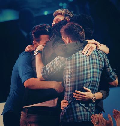 One Direction , complices, leurs plus beaux hug sur scène