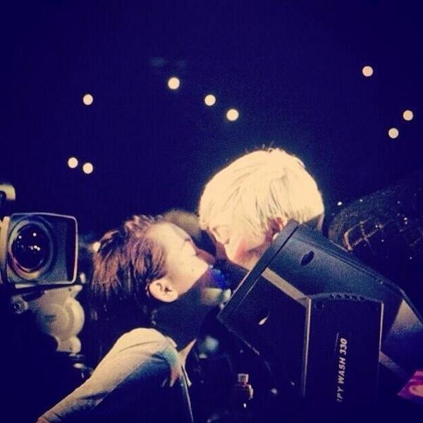 Miley Cyrus embrasse Noah Cyrus sur le Bangerz Tour